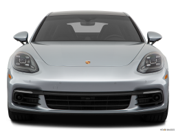 Display Front view of the Porsche Panamera 4 E-Hybrid